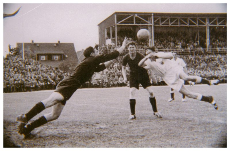 Flugeinlage von Willy Hölz (1. FC Kaiserslautern) in Worms