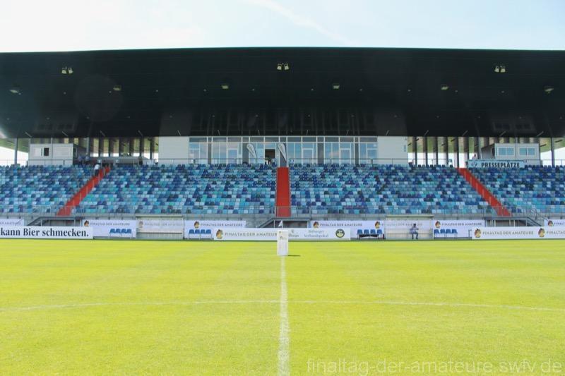 1. Das Stadion des FK Pirmasens vor dem Einlass der Zuschauer
